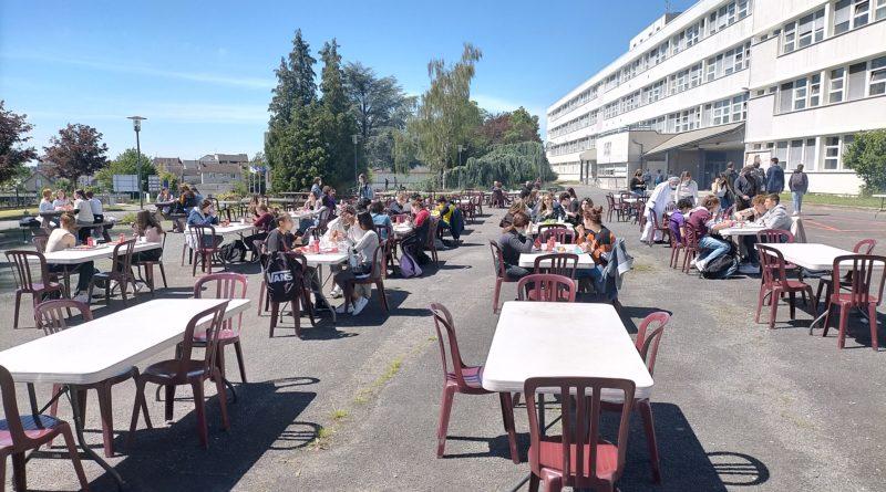 Un barbecue pour tous les demi-pensionnaires du lycée Edouard Vaillant